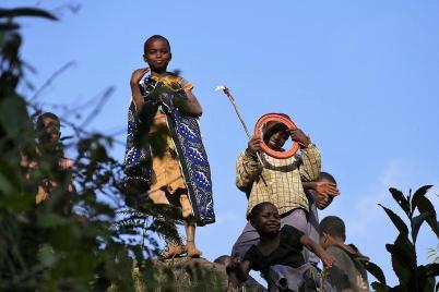 Auf den Wanderungen begleiten uns immer wieder Kinder aus den Dörfern. Fotografieren wird zum Spiel für sie: Die Hälfte der Kinder taucht ab und die andere Hälfte macht Posen.