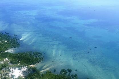 Ebbe beim Anflug auf Sansibar. Man sieht man deutlich, wie das Wasser zurückgeht.