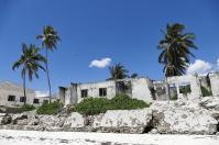 Am Strand passieren wir zerfallene Gebäude...