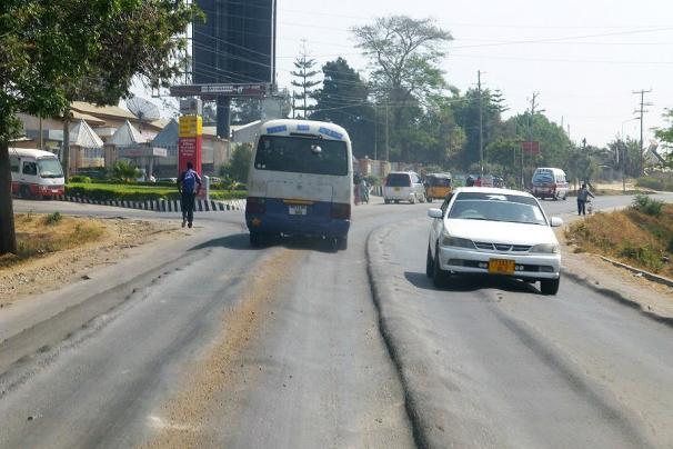 Eine ganz normale Teerstraße im Mbeya.