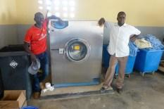 keine Weißen Elefanten - die Waschmaschinen in der Klinik funktionieren und werden von den Wäschern stolz präsentiert.