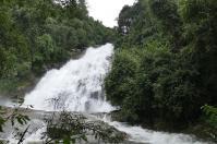 Wieder regnet es an den Debageni-Wasserfällen.