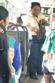 Busfahren auf Mauritius macht Spaß. Diese Kollegin gab uns sogar zu viel Wechselgeld heraus.