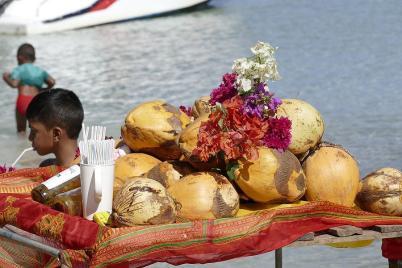 Auf der Insel Benitiers werden am Strand Köstlichkeiten und Souvenirs auf Flößen zum Kauf angeboten.