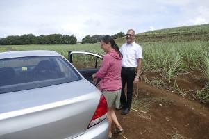 Eine Taxifahrt auf Mauritius ist informativ und lustig. Saleem hält sogar die Türen auf.