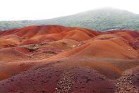 Die Erde der sieben Farben, wir haben nachgezählt. Es stimmt. Restern eines lange zurückliegenden Vulkanausbruchs sind diese fantastischen Bilder zu verdanken.