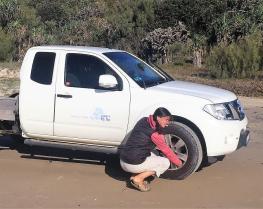 Babsi stellt den richtigen Reifenluftdruck für Tiefsandfahrten ein.