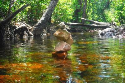 Auch die Wasserwanderwege sind im Litchfield durch Steinmännchen gekennzeichnet.