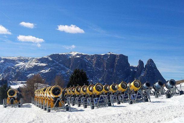 Vor der Silhouette des Schlern warten die Schneekanonen auf ihren Einsatz. Die werden bei Nachmittagstemperaturen von 18 Grad auch dringend benötigt.