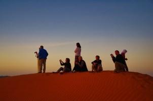 gespanntes Warten auf den Sonnenaufgang in der Wüste