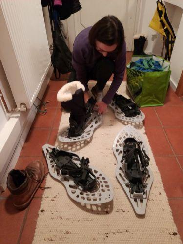 Die Schneeschuhe werden für die Wanderung vorbereitet…