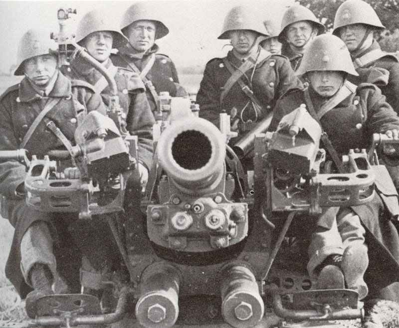 die Mannschaft einer dänischen Flugabwehr-Kanone