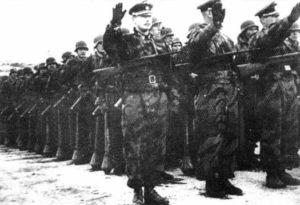 Truppen der russischen 1. Infanterie-Division der ROA bei einer Parade im Ausbildungslager Münsingen
