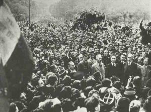 General de Gaulle zieht in Paris ein.