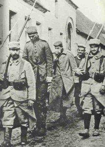Franzosen führen deutsche Gefangene ab
