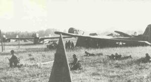 US-Luftlandesoldaten neben Lasdtensegler in Südfrankreich