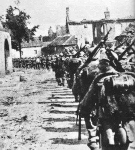 Deutsche Infanterie-Kolonne in Belgien 1914