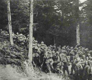 Deutsche Truppen auf Waldmarsch in Ostpreussen