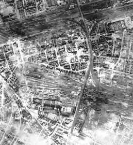 Innenstadt von Frankfurt am Main (Bereich um den Hauptbahnhof) nach einem schweren Luftangriff
