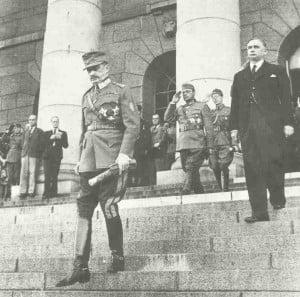 Präsident und Feldmarschall Mannerheim verlässt das finnische Parlamentsgebäude.