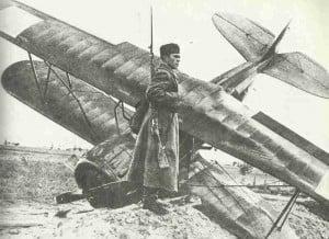 Rotarmist bewacht polnisches Flugzeug