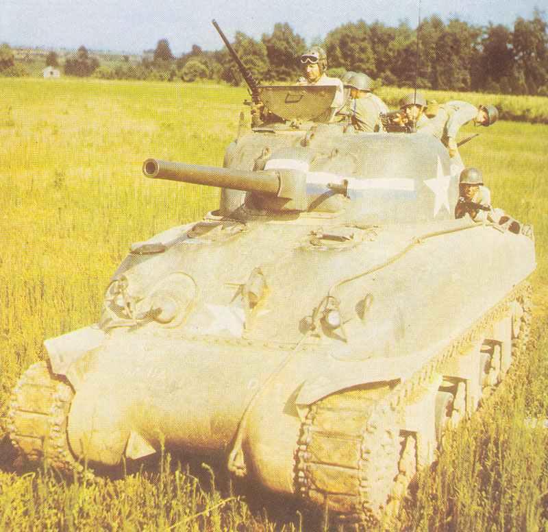 Sherman der US Army mit vom Panzer kämpfender Infanterie