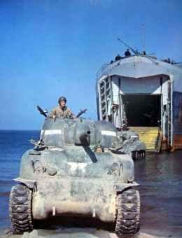 Panzer rollen von einem Landungsschiff