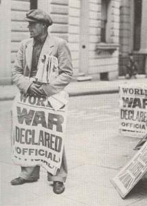 Ein Zeitungsverkäufer in London hat die schlimmen Nachrichten am 3. September 1939.