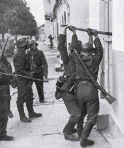 Deutsche Soldaten durchsuchen Häuser