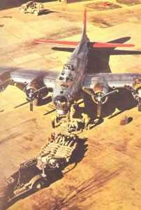 B-17G wird mit Bomben beladen