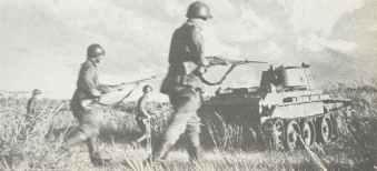 Russische Infanterie mit einem BT-7 Panzer