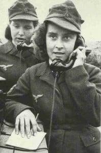 Angehörige des deutschen Flakwaffenhelferinnen-Korps