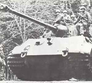 Königstiger mit aufgesessener Infanterie