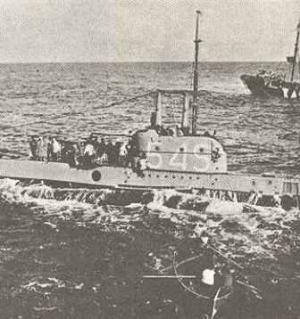 englisches U-Boot ergibt sich deutschen U-Jägern