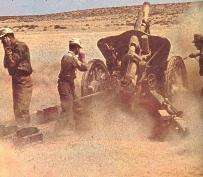 Feldkanone von Rommels Heeresgruppe Afrika im Feuereinsatz