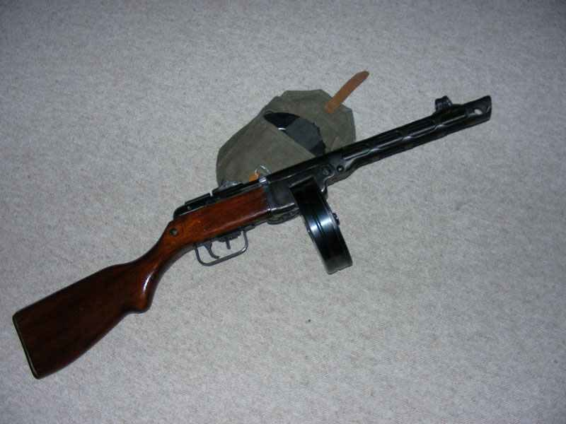 PPSh-1941G mit Munitionstasche