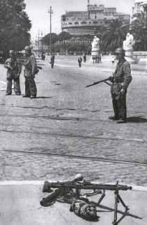 Deutsche Fallschirmjäger sichern den Zugang zur Engelsburg