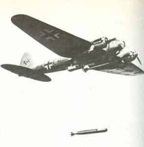 Heinkel He 111 wirft einen 765-kg-Torpedo ab