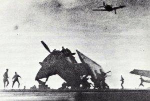 Kamikaze-Flieger auf den US-Geleitträger