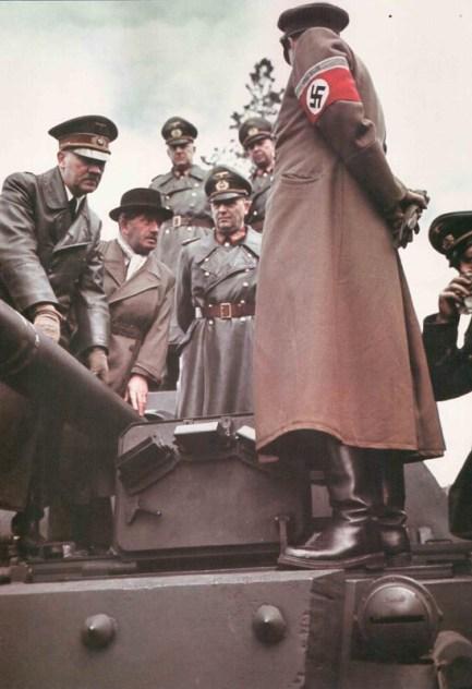 Hitler und Dr. Porsche besichtigen den Prototypen des Porsche-Tigers.