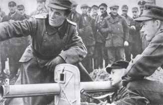 Ausbildung von Volkssturm-Männern am Panzerschreck.