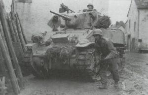 M5 Stuart in eroberter Ortschaft