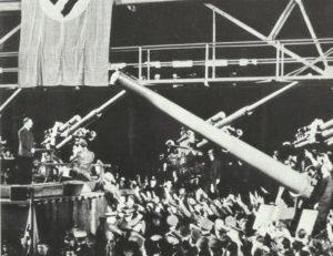 Hitler spricht vor Rüstungsarbeitern.