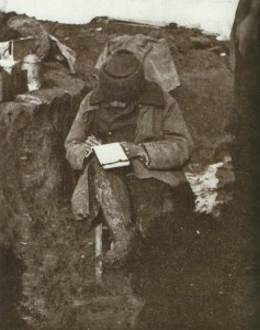 Brief schreiben im Schützengraben