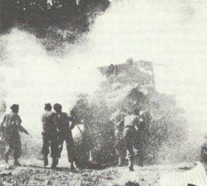 Soldaten der französischen 1. Armee greifen an