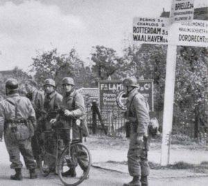 Deutsche Fallschirmjäger in der Nähe von Rotterdam.