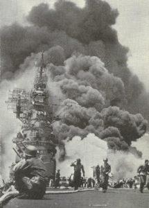 Flugzeugträger nach Kamikaze-Treffern