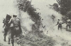 Indische Truppen im künstlichen Nebel