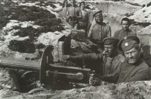 Stellung mit einem  M1910  Maxim Maschinengewehr