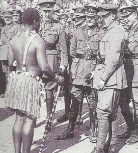 Offiziere und Soldaten bei einer folkloristischen Darbietung